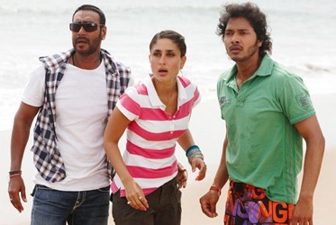 Kareena Kapoor in navy striped tshirt in Golmaal 3
