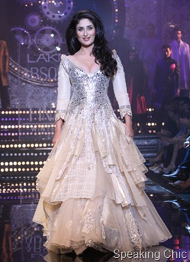 Kareeena models for Manish Malhotra- LFW W/F 2011